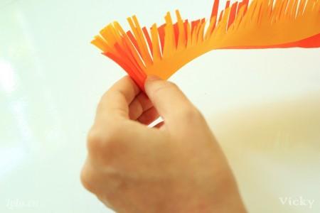 Kẹp 2 mảnh giấy lại với nhau và cuộn tròn. Sau đó dùng keo dán lại.