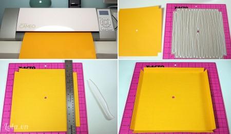 Đo kích cỡ khung bên trong của khung đồng hồ, in cỡ khung đó lên bìa màu. Bạn cũng có thể kẻ khung bằng tay một cách thủ công, nhưng dùng máy in sẽ đảm bảo độ chính xác. Kẻ thêm một khung rộng hơn khung đã in với khoảng cách bằng độ sâu của khung đồng hồ. Sau đó cắt giảm 4 góc vuông để có các cạnh thẳng. Gấp bìa nền vào hết phần giấy cắt giảm là bạn có phần bìa nền phủ kín khung trong của khung đồng hồ rồi!