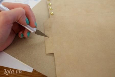 Dùng dao cắt tạo các lỗ nhỏ ở cạnh của tấm vải