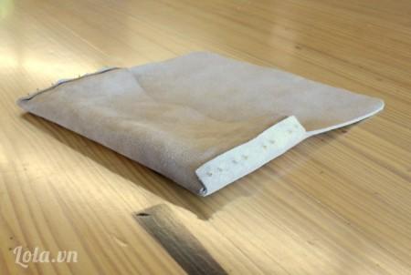Sau khi tạo lỗ xong bạn gấp ví lại theo mô hình và dùng kim giữ chỗ đính chúng lại