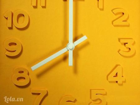 Dán bìa nền vào khung đồng hồ rồi đặt nó phía sau khung, trục đồng hồ xuyên qua tâm bìa nền, phía trên mặt bìa nền xếp kim dài trước, xếp kim ngắn sau.  Sau đó chốt nút giữa kim đồng hồ ổn định, quay cho kim vào chính giữa hai số nào đó, khi nào cần chỉnh giờ bạn sẽ dùng nút chỉnh phía sau đồng hồ.