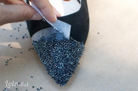 Sau khi keo đã khô bạn tháo băng dính ra là xong  Chỉ vài bước đơn giản bạn có một đôi giày cao gót cực lạ, độc đáo và quý phái không kém nhé