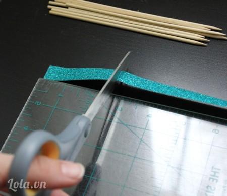 Dùng thước đo dây ruy băng có chiều dài 7,5 cm rồi dùng kéo cắt ra