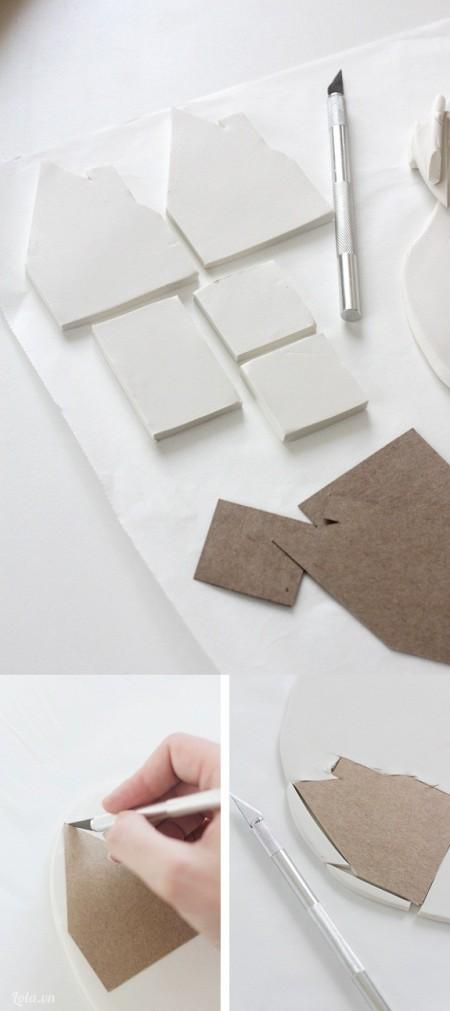 Bạn tải mô hình nhà, in và cắt ra với bìa cát tông. Sau đó cán đất sét dẹp và đặt mẫu mô hình lên, dùng dao cắt theo viền .