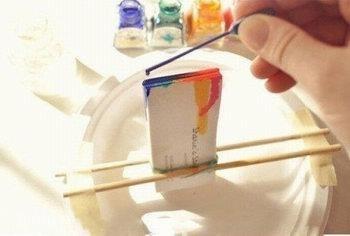 Cố định namcard trên dĩa nhựa bằng đũa và băng keo giấy.