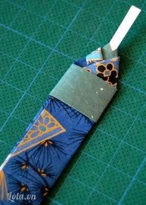 Tiếp tục cắt thêm giấy màu gắn vào phần thân.