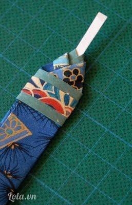 Đặt thêm miếng nhỏ hơn để làm điểm nhấn trang trí cho áo