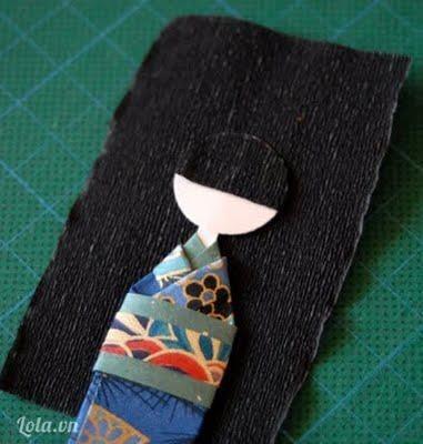 Cắt một phần giấy màu theo hình chữ nhật đặt phía sau thân để làm tóc cho búp bê