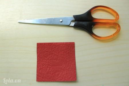 cắt một hình vuông bằng giấy màu kích thước 6x6 cm