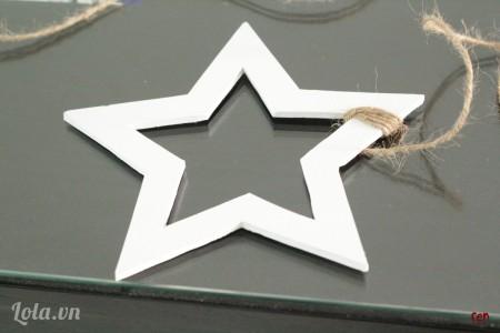 Dùng súng bắn keo dán dây thừng rồi quấn xung quanh ngôi sao