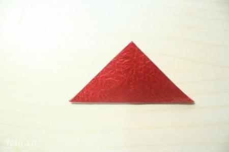 gấp đôi hình vuông lại theo đường chéo thành một hình tam giác
