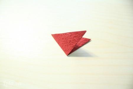 tiếp tục gấp đôi hình tam giác vừa có ở bước 2