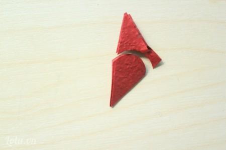 dùng kéo tỉa tròn cạnh của tam giác để làm cánh hoa