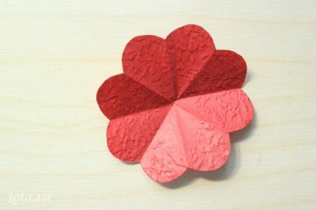 sau khi tỉa tròn cạnh của tam giác và mở ra mình có một bông hoa 8 cánh