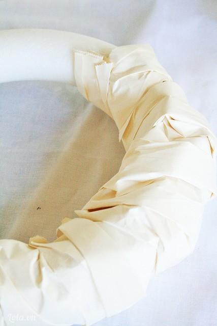 Bạn lấy những mẫu giấy vo tròn lớn như trong hình quấn quanh vòng trong xốp