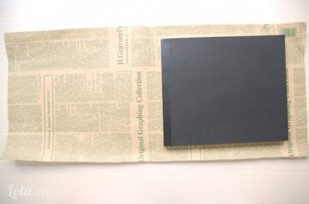 Cắt một miếng giấy bao to hơn cuốn sổ