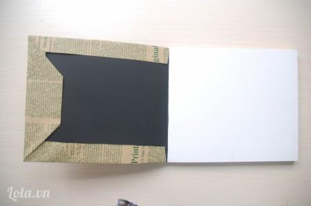 Dùng keo 2 mặt dán giấy vào bìa sổ