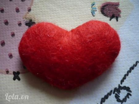 Lật mặt sau lại các bạn sẽ được một hình trái tim như thế này. Các bạn làm thêm một hình trái tim như này nữa với những nguyên liệu các bạn đã chuẩn bị ở bước 1.