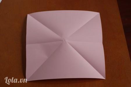 Gập đôi giấy theo đường chéo, đường ngang rồi mở ra ( gấp 3 đường)