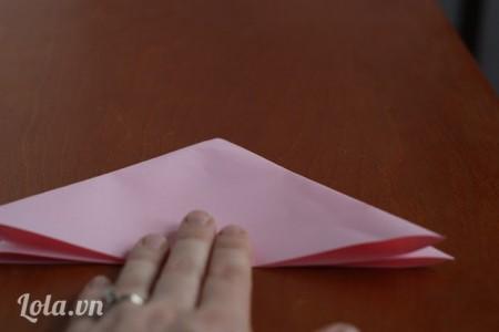 Đặt giấy theo hướng mũi tên lên trên bàn