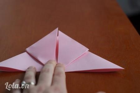 Gấp hai mép giấy lên sẽ có hình giống viên kim cương .