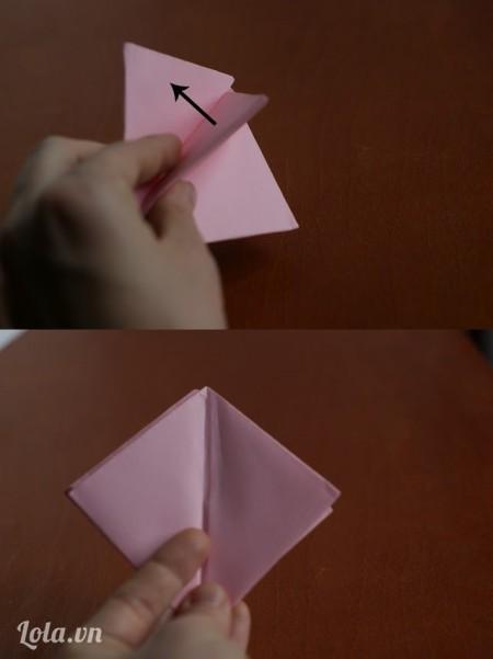 Dùng các ngón tay kéo các mép giấy và giữ giấy như trong hình