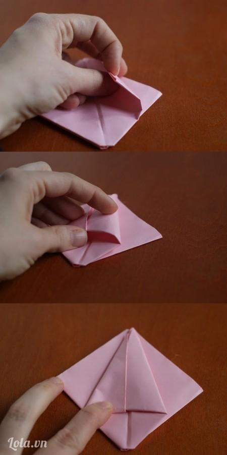 Nhét hai mép giấy vào như sau