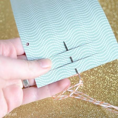 Dùng dao tỉa giấy thành những đường rời . Rồi xỏ kim xuyên qua theo như hình