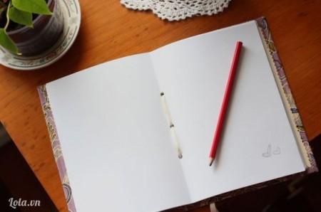 Cho giấy trắng bên trong và buộc ruy băng như sau