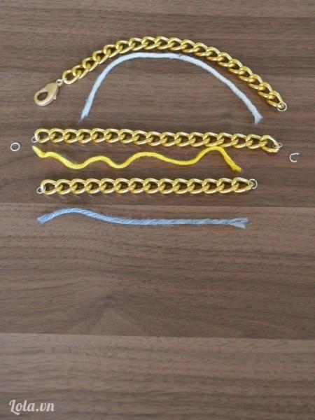 Sau đó gắn từng móc khóa cho dây như hình