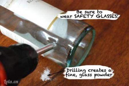 Dùng khoan đục một lỗ nhỏ ở gần phần đáy chai như hình