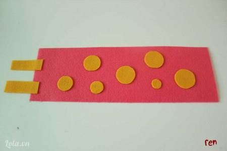 dán tiếp 2 mảnh hình chữ nhật màu vàng vào một đầu mảnh màu hồng