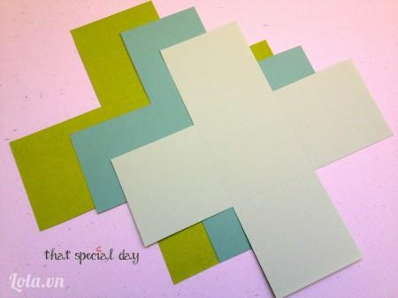 Sau khi đã tạo nếp cho cả 3 tấm giấy làm hộp, cắt bỏ 4 góc của mỗi tấm như hình.