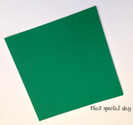 Để làm nắp hộp, dùng dụng cụ tạo nếp giấy rạch chia tấm giấy 1 1/2 inch từ mỗi cạnh