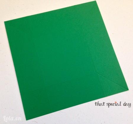 Sau đó lật sang mặt bên, tiếp tục rạch tạo nếp từ góc giấy như hình.