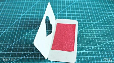 Cắt 1 mảnh giấy màu khác dán ở bìa trái như hình.