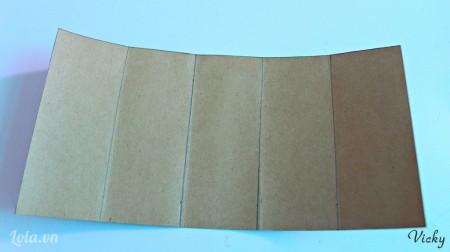 Cắt giấy Roki thành mảnh hình chữ nhật kích thước 12*25cm, chia đều thành 5 phần bằng nhau như hình bên.