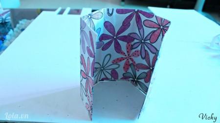 Dùng giấy hoa bọc đều xung quanh