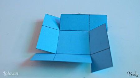 Cắt các mép giấy như hình bên