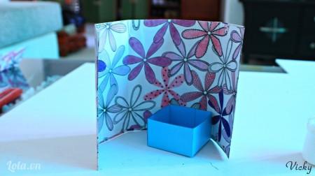 Tiếp theo ta dán chiếc hộp đầu tiên vào phần thứ 4 của bìa cứng như hình bên.