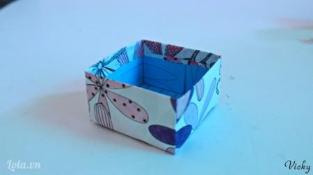 Dùng giấy hoa bọc chiếc hộp còn lại để làm nắp hộp nhé!