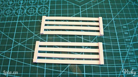 Dán 4 mảnh dài 3cm lên 6 mảnh dài 8cm như hình.