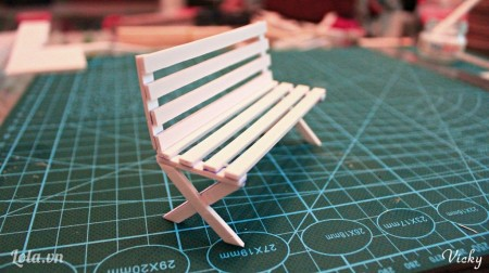 Giờ thì dán chân ghế vào phần thân ghế.