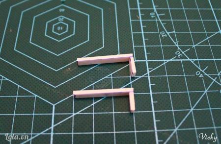 Dán 2 mảnh 3cm và 2 mảnh 1cm còn lại với nhau ta được tay cầm của chiếc ghế.