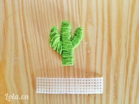 Vẽ hình cây sương rồng và chậu cây lên trên tấm nhựa cắt ra