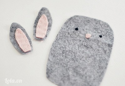 Trước tiên mình sẽ ráp 2 miếng tai bằng đường khâu cơ bản này. Sau đó cắt ít vải vụn làm mắt và mũi cho bé thỏ nha.