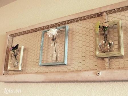 Bạn có thể làm một dãy bình hoa trang trí với nhiều kiểu chai lọ khác nhau cho thêm đẹp và phong phú nha