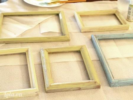 Bạn dùng sơn xịt lên trên khung gỗ để cho khung trong mới hơn nhé