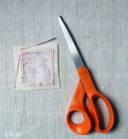 Kế tiếp bạn cắt bỏ các đường vải thừa xung quanh