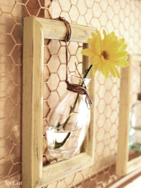Kế tiếp bạn cho ít nước vào và cắm hoa vào trang trí như thế này